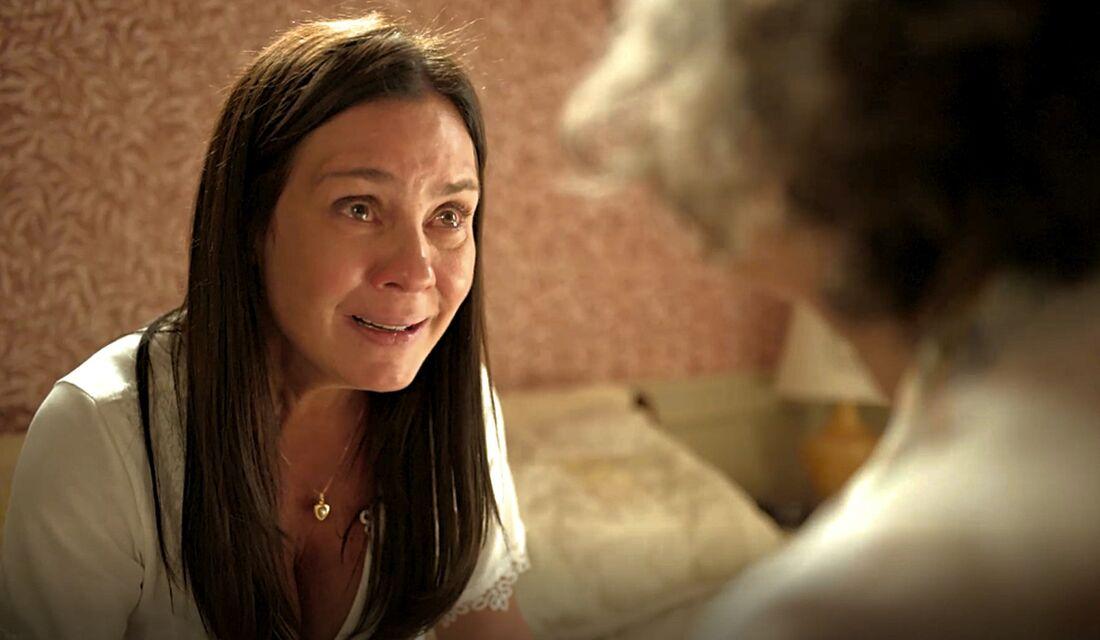 Thelma (Adriana Esteves) se desespera ao saber que Danilo (Chay Suede) é Domênico em 'Amor de Mãe'