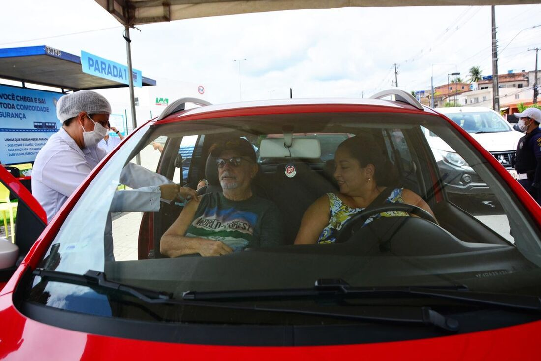 Os idosos receberão a vacina sem precisar sair do carro, de forma rápida e segura, evitando aglomerações