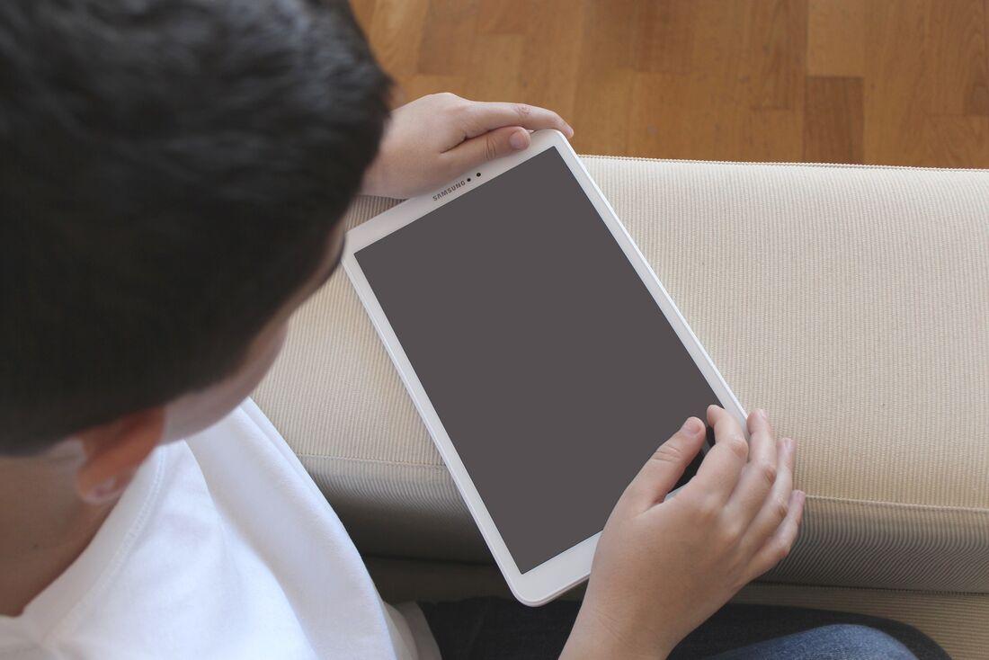 Criança brincando com o tablete