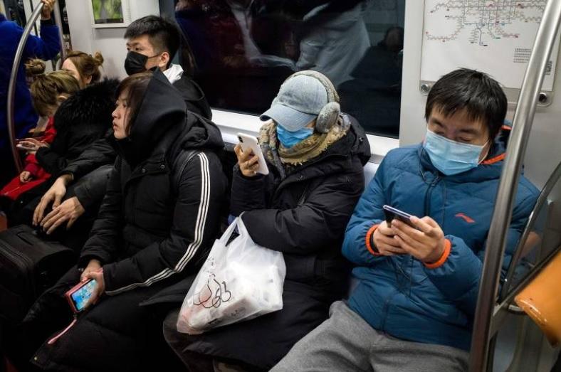 Passageiros usam máscaras protetoras em Pequim