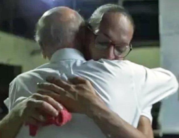 Drauzio Varella abraçado com a detenta trans Suzy Oliveira