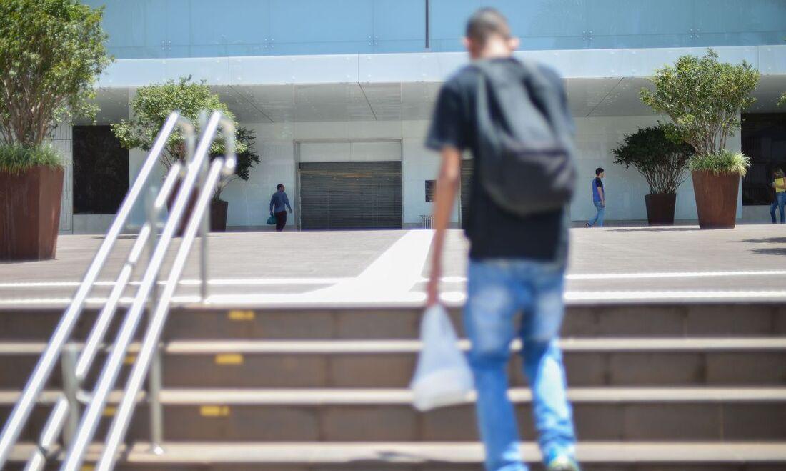 Os empregadores que tenham em seus quadros empregados adolescentes, na faixa etária de 16 a 18 anos, devem promover o afastamento imediato do trabalho