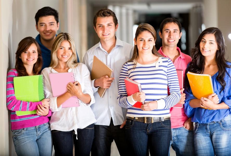 Uma hipótese para o aumento do número de professores licenciados está relacionada à exigência da Licenciatura por parte do governo e, consequentemente, das escolas