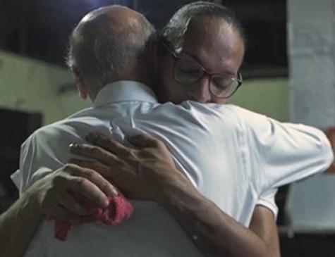 Drauzio Varella abraça a detenta Suzy Oliveira