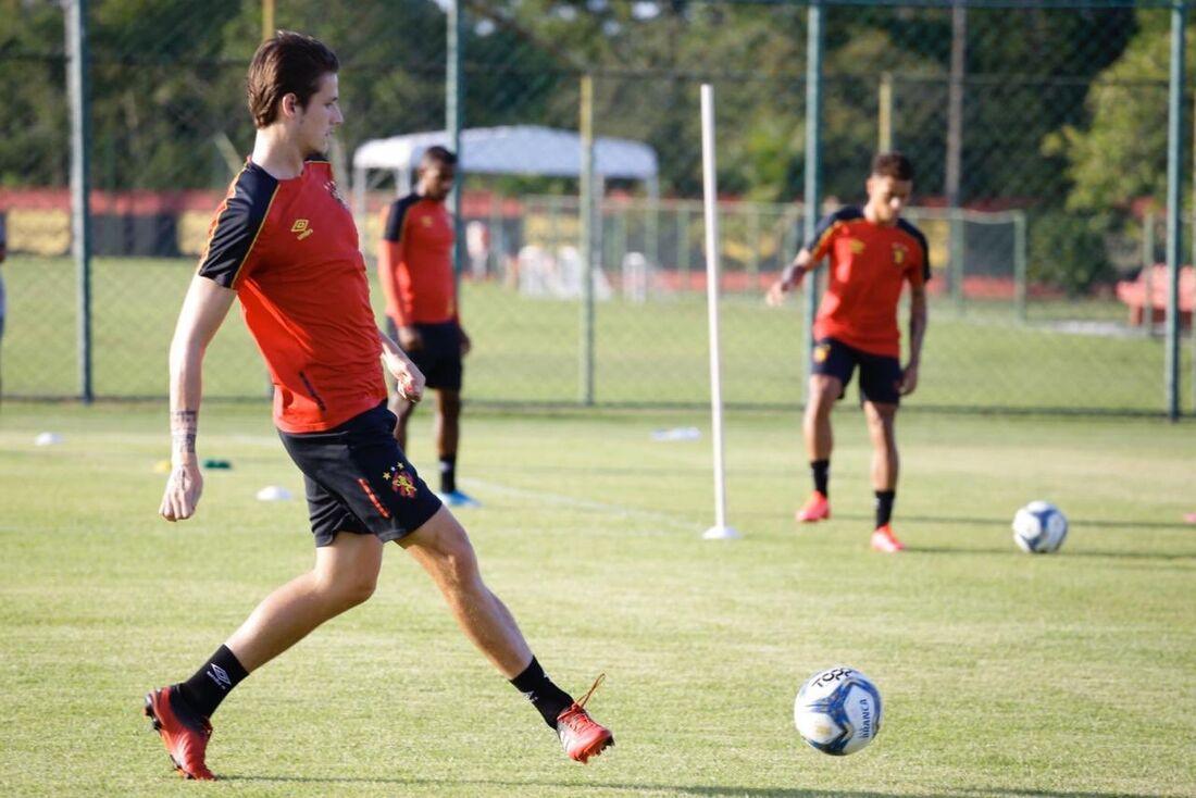 Iago Maidana durante treino no CT do Sport