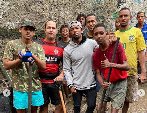 Nego do Borel visita bairro carioca