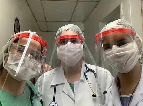 Médicos usando protetores faciais