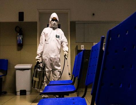 Agentes de saúde atuam na sanitização utilizando equipamentos de proteção individual