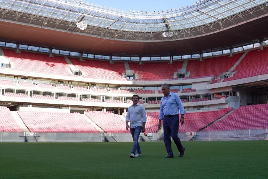 Tite e Juninho Paulista em visita à Arena, palco onde o Brasil jogaria no dia 27 com a Bolívia