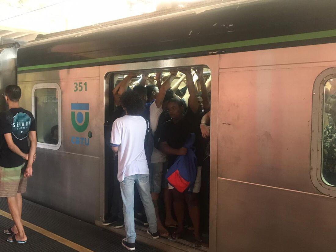 Trem lotado na Estação Rodoviária