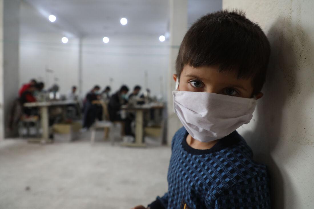 Criança usa máscaras para se proteger do coronavírus