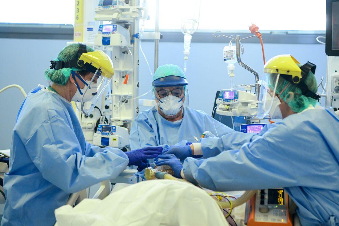 Equipe médica em hospital em Bérgamo, Itália
