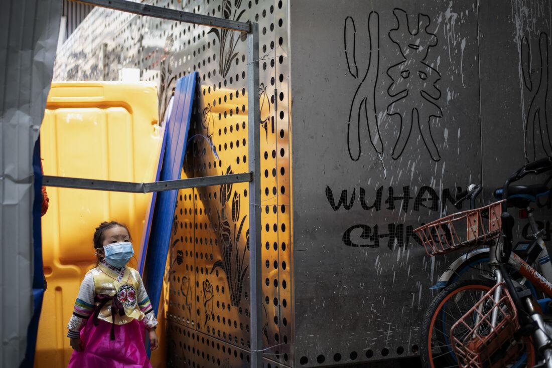 Menina de máscara em Wuhan