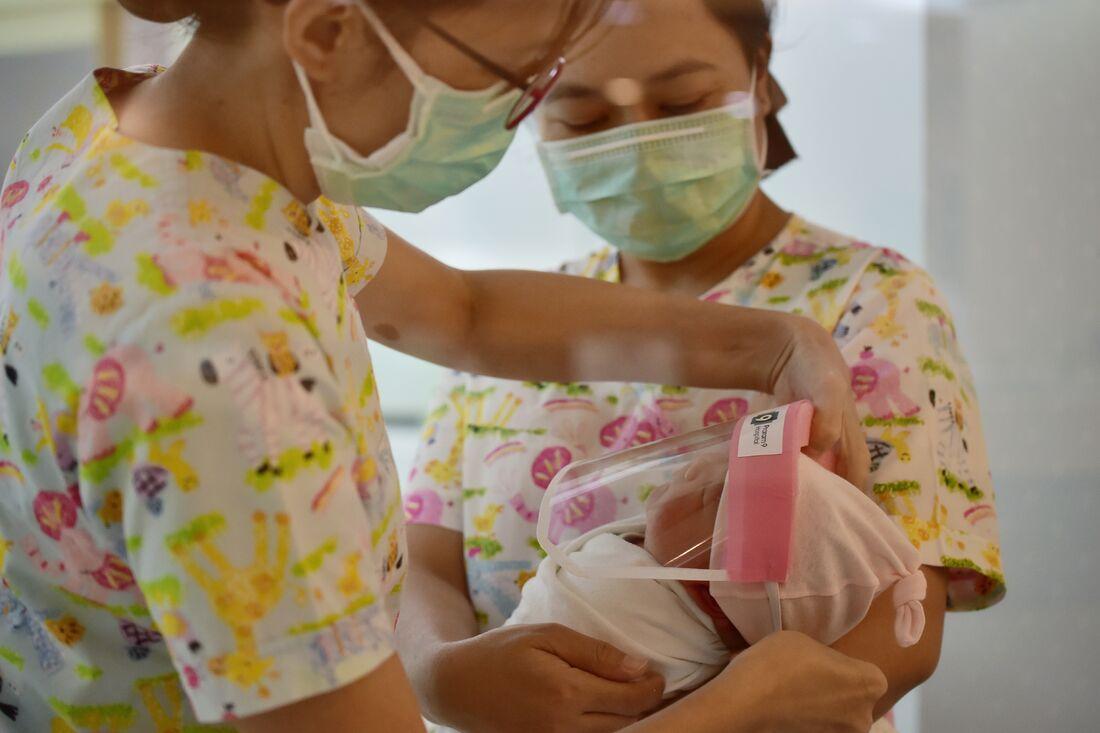 Protetor facial para recém-nascidos