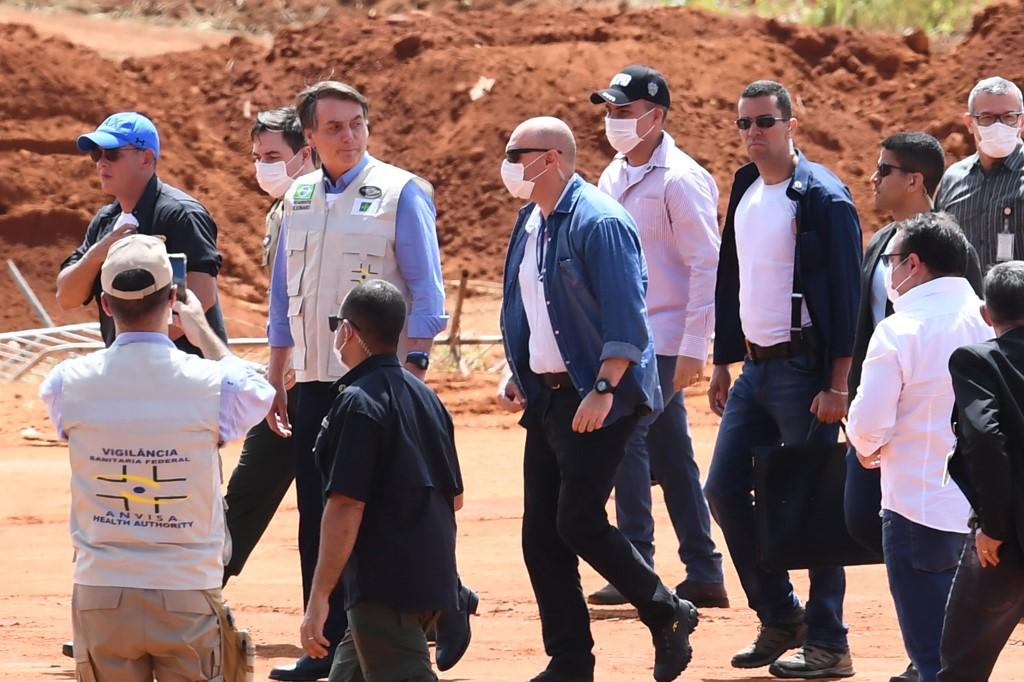 Bolsonaro provoca aglomeração em visita às obras de unidade hospitalar, em Goiás