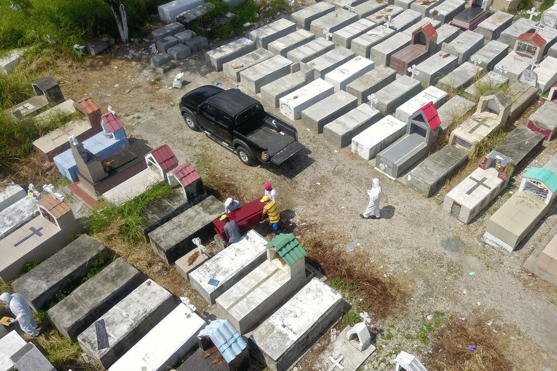 Enterro de vítima da Covid-19 em cemitério de Guayaquil