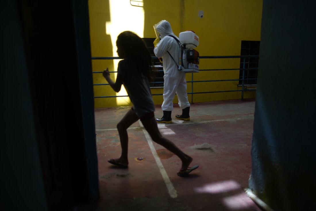 Desinfecção em comunidade do Rio de Janeiro