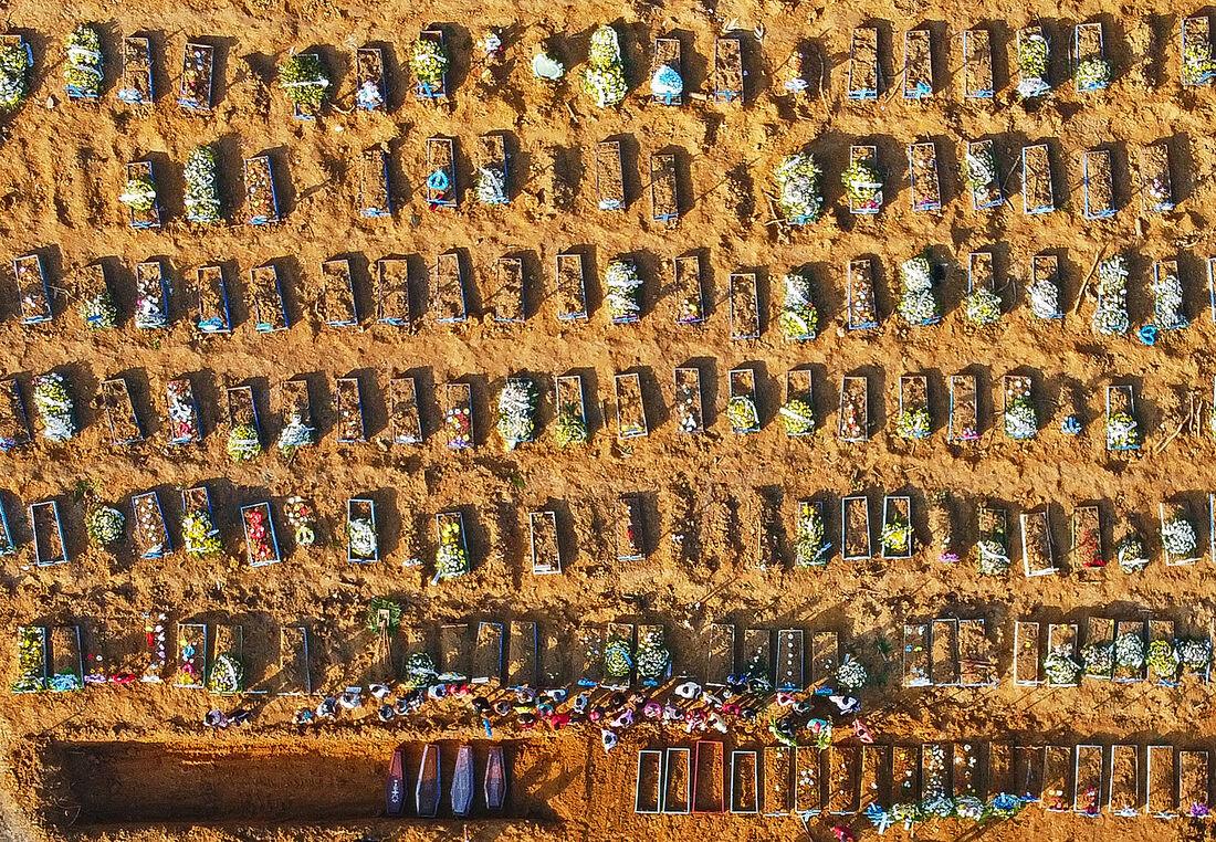 Corpos sendo enterrados em cemitério de Manaus (AM)