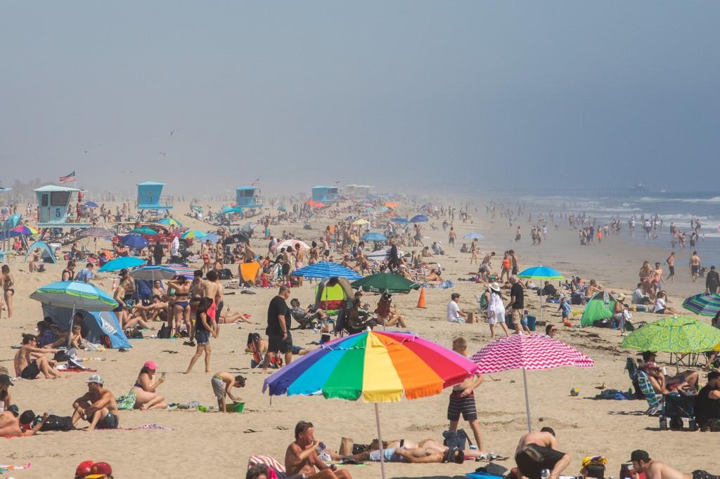População da Califórnia não seguiu recomendações e curtiu praia no último fim de semana