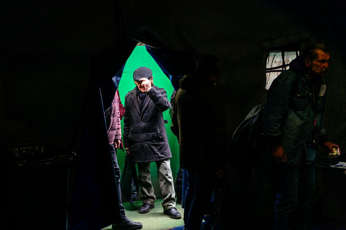 """Vladimir Petrovsky, cidadão ucraniano sem teto de 67 anos, entra no """"Hangar de Resgate"""" para fazer uma refeição durante o bloqueio contra o coronavírus, em Moscou, em 27 de abril de 2020"""