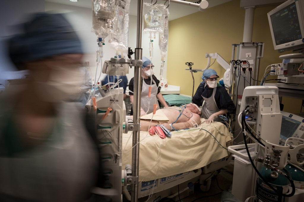 Equipe médica atuando em hospital em Paris, França