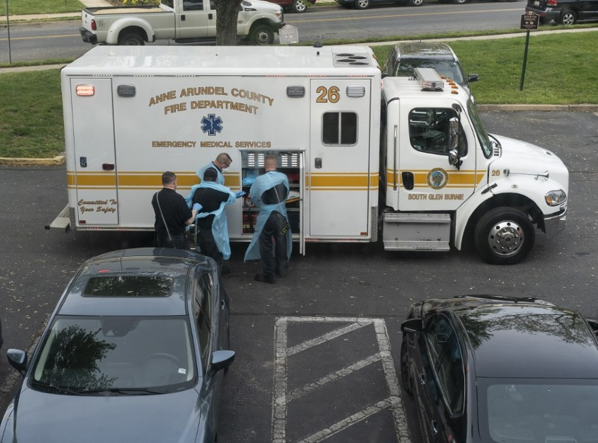Bombeiros socorrem vítima com sintomas de Covid-19 em Maryland, nos EUA
