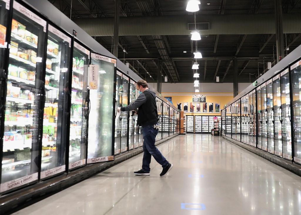 Homem faz compras em um supermercado