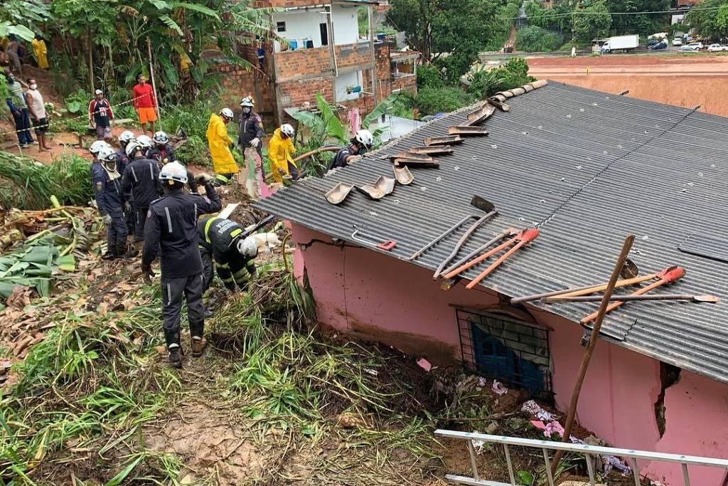 Bombeiros em operação no deslizamento que matou avó e neta, na Bahia