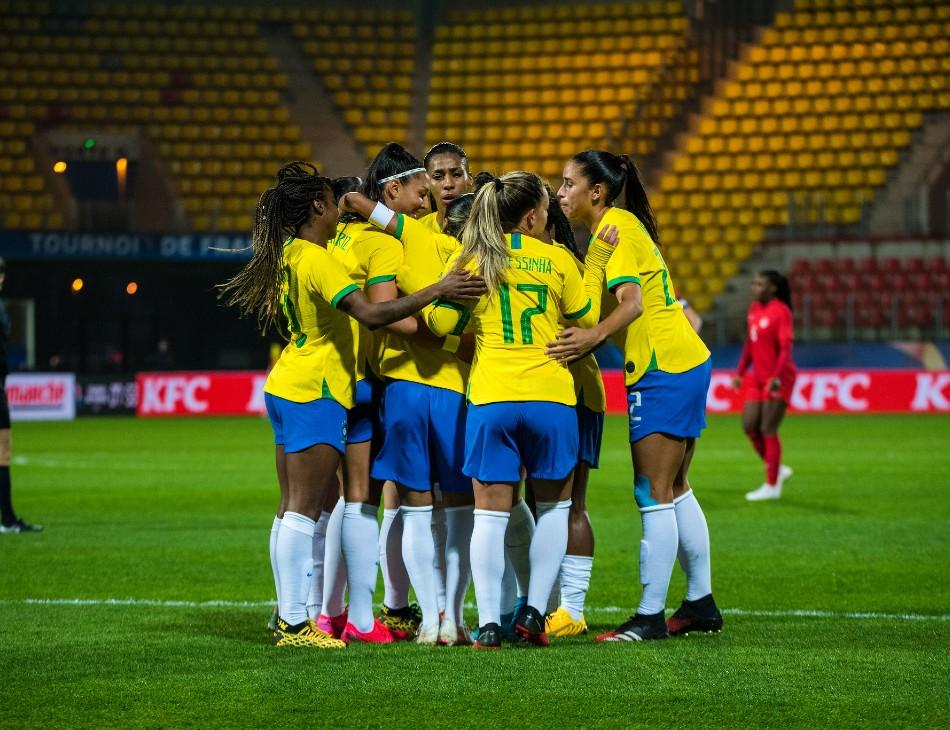 Seleção Brasileira em jogo contra a Holanda no Torneio de Paris