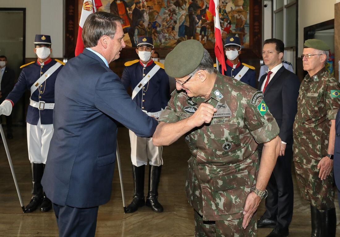 Bolsonaro e militares do exército