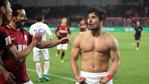 Aloisio comemora gol pelo campeonato chinês