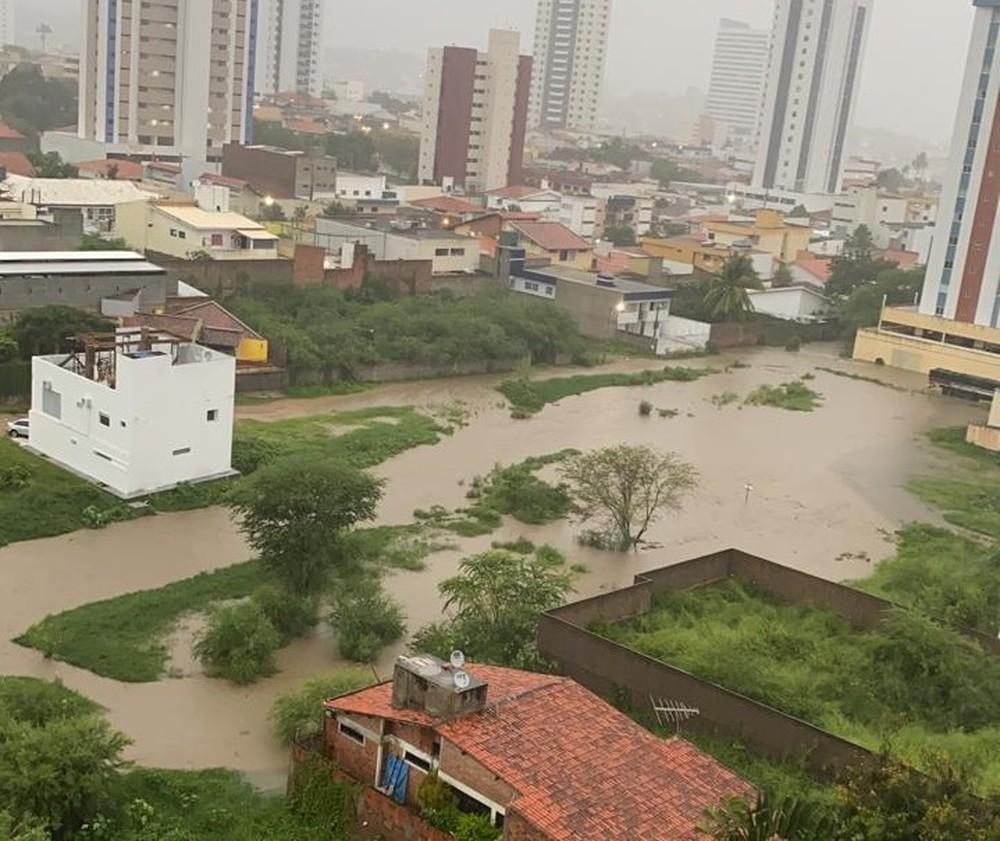 Chuva causa alagamento em Caruaru