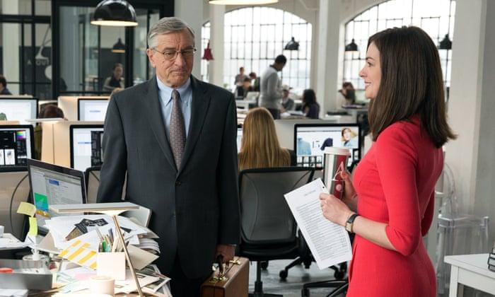 Robert De Niro e Anne Hathaway protagonizam o enredo