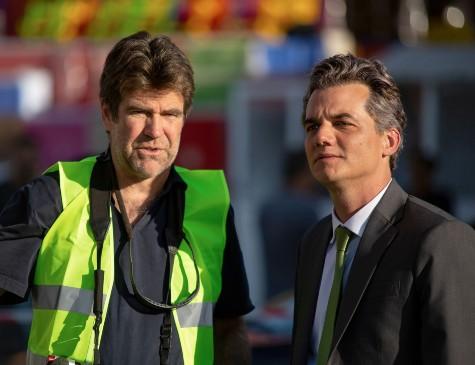O diretor Greg Barker ao lado de Wagner Moura, em gravação do filme 'Sergio'