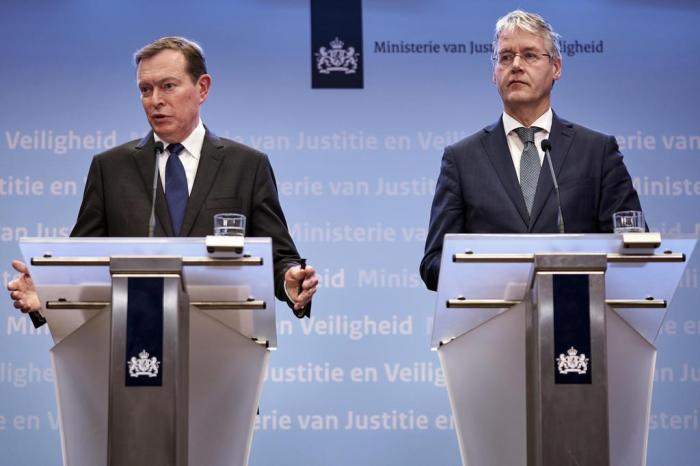 Bruno Bruins, ministro da saúde holandês, e Arie Slob, ministro da educação