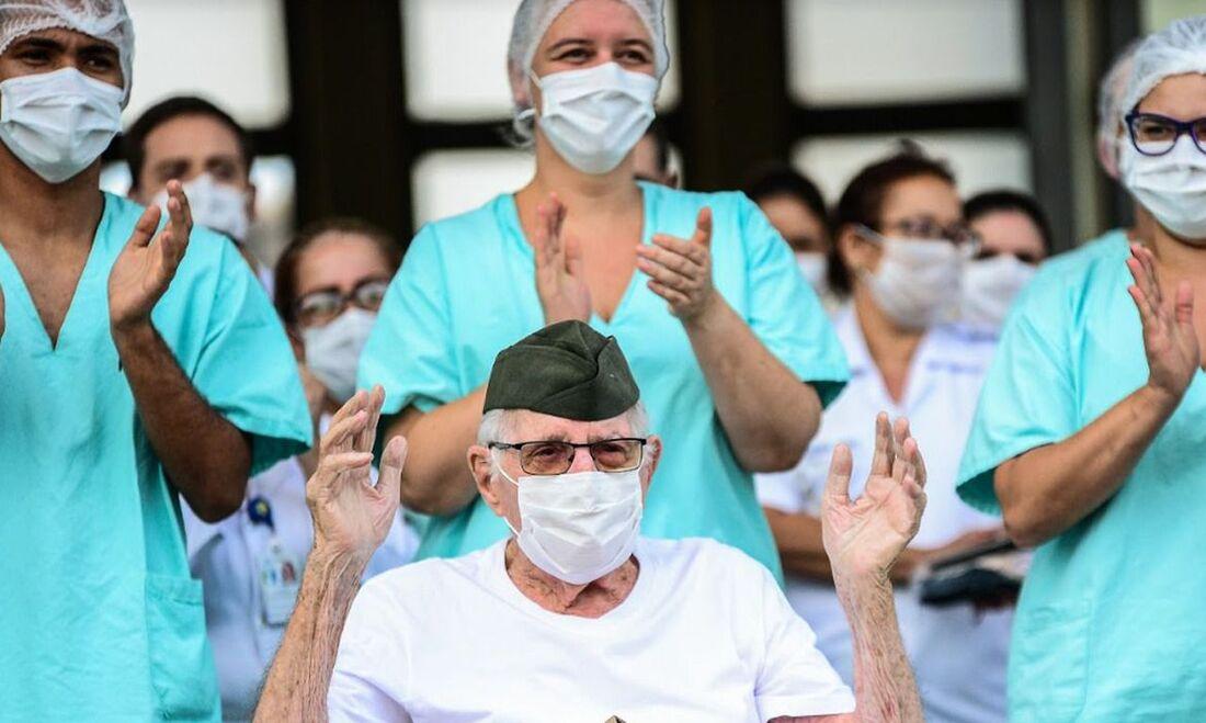 Paciente de 99 anos do Covid-19 recebeu alta nesta terça-feira