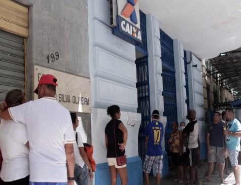 Clientes se aglomeravam em frente à Caixa do Bairro do Recife nesta terça-feira (7)