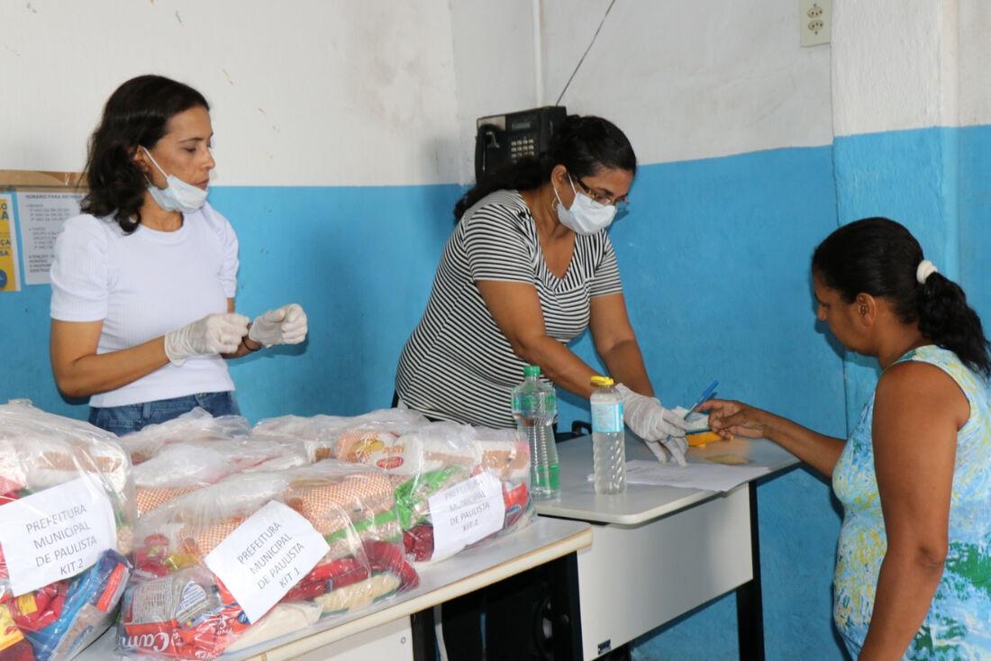 Distribuição de kits para pais de alunos de escolas em Paulista