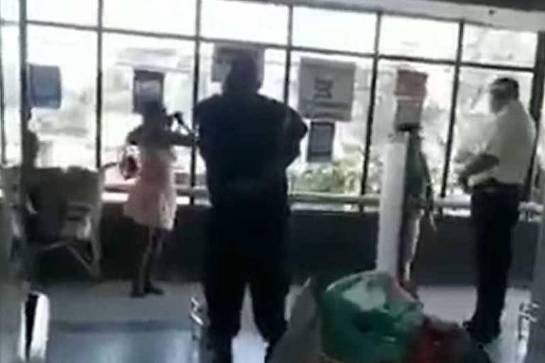 Mulher põe no rosto sua calcinha em supermercado no Rio de Janeiro