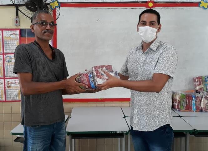 O primeiro dia de entrega aconteceu na Escola Pastor David, localizada no bairro Alto da Bondade