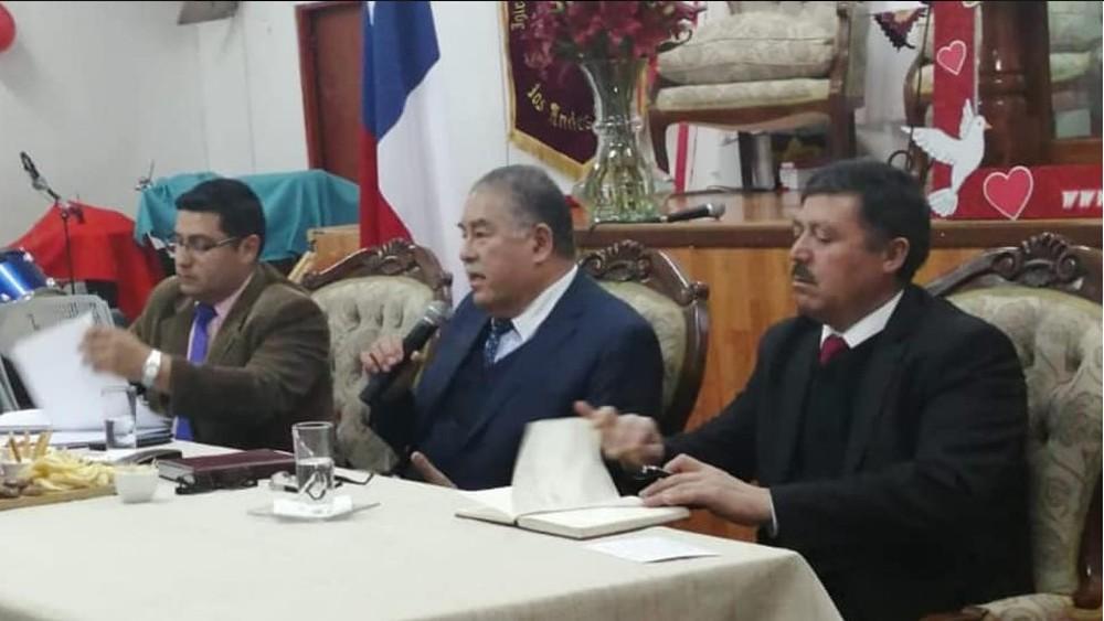 Mario Salfate (centro) durante evento evangélico