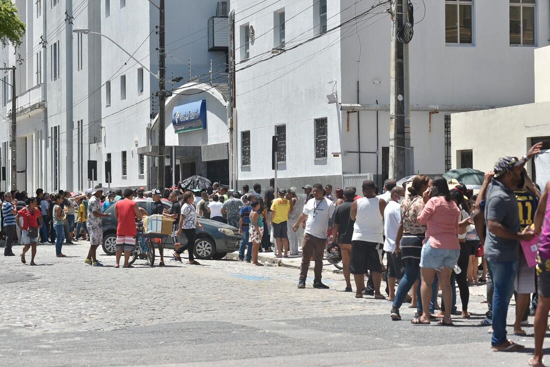 Sede da Receita Federal em Pernambuco com aglomeração de pessoas