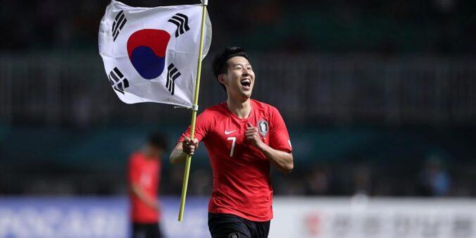 Atacante Son, com a bandeira da Coreia do Sul