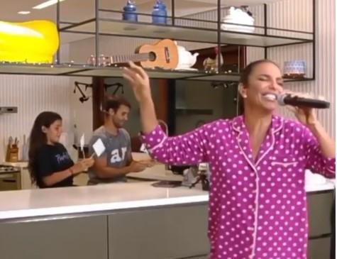 Ivete Sangalo se apresentou direto de sua cozinha no último sábado (25)