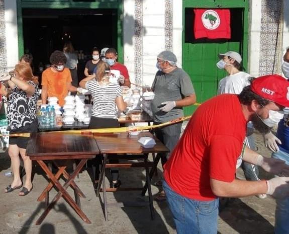 Doação de refeições no Armazém do Campo