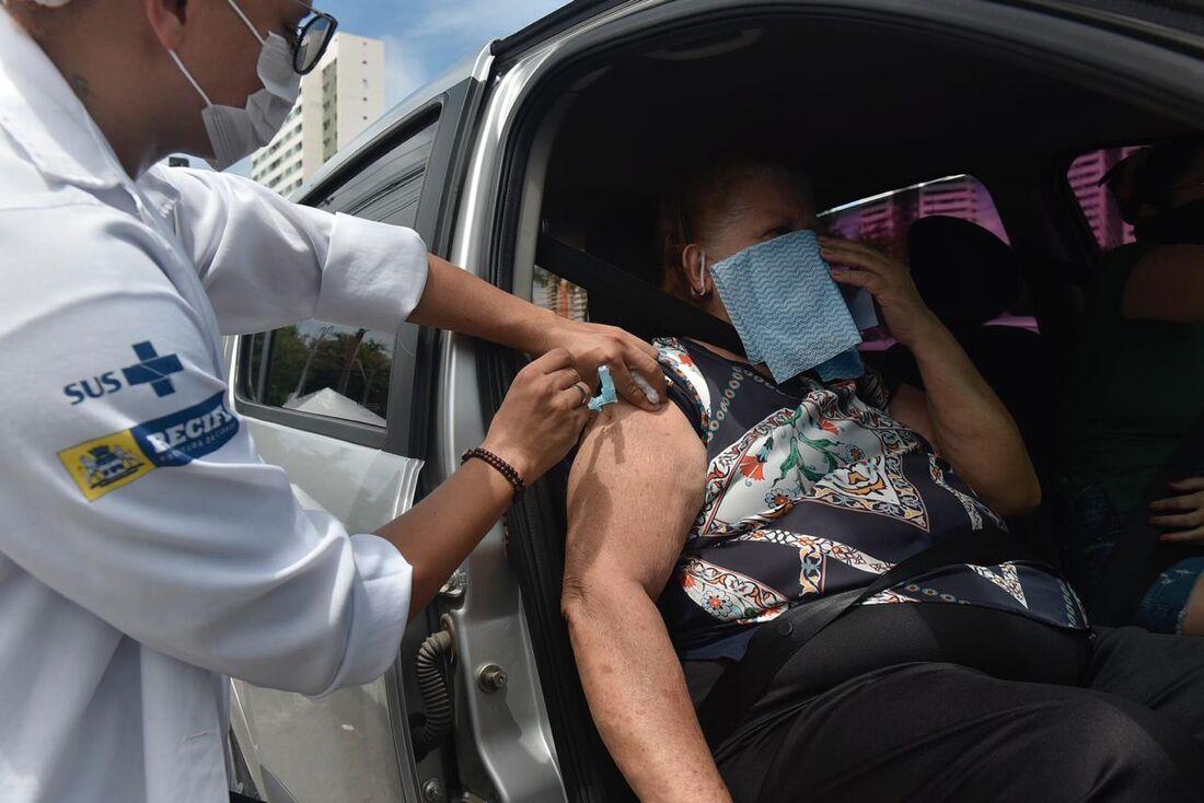 Vacinação em esquema drive thru