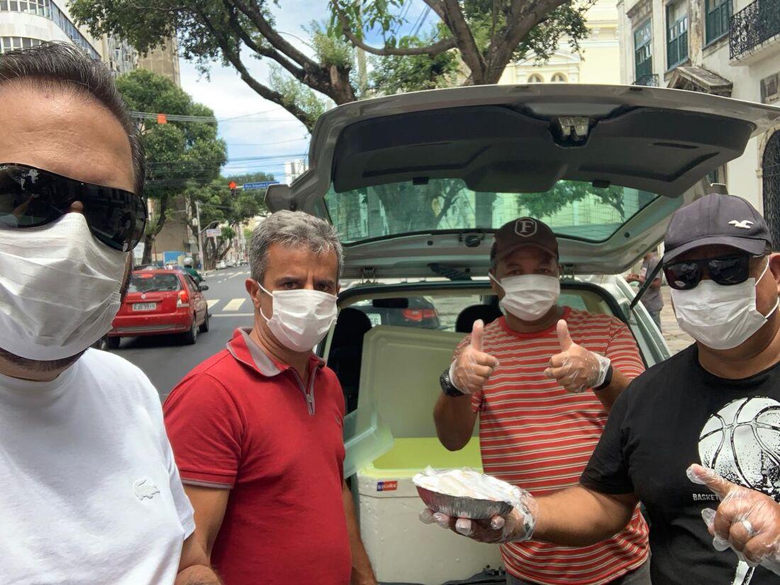 Grupo organiza as quentinhas para distribuição
