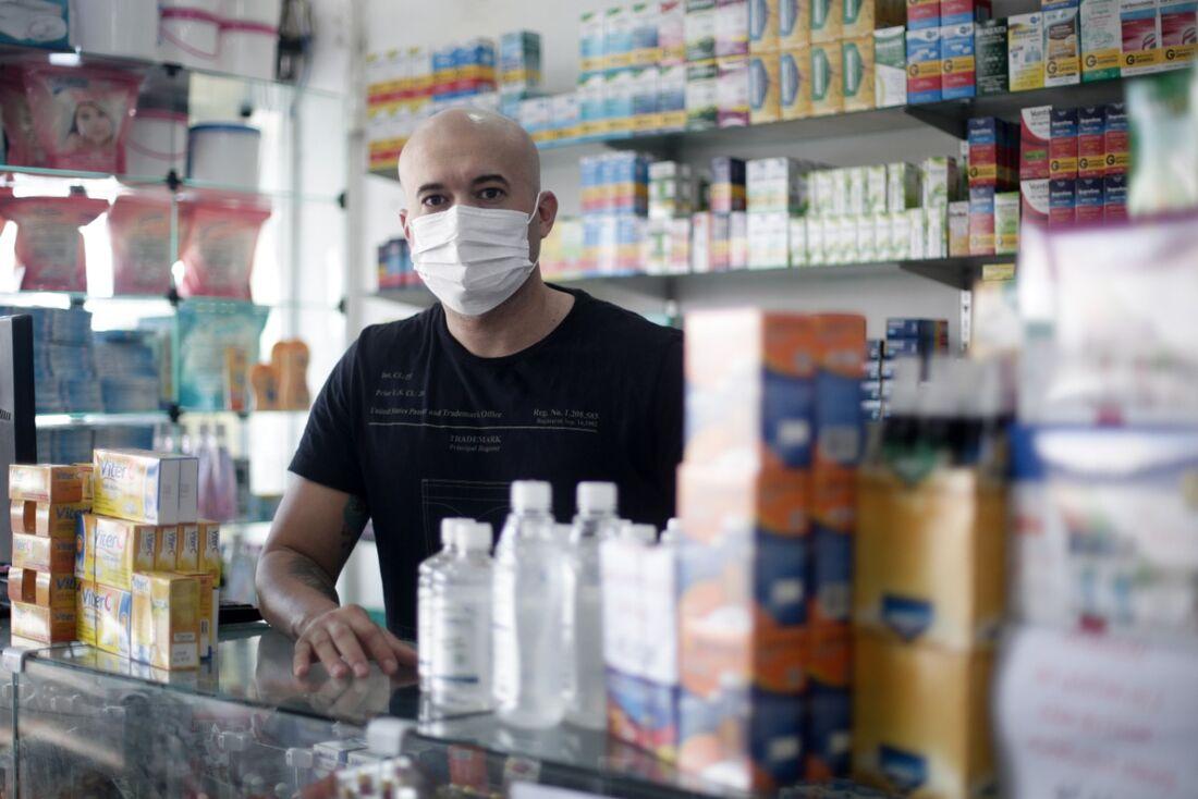 Gilson Júnior controlou o fluxo de clientes e usa equipamentos de proteção em farmácia em Casa Amarela, no Recife