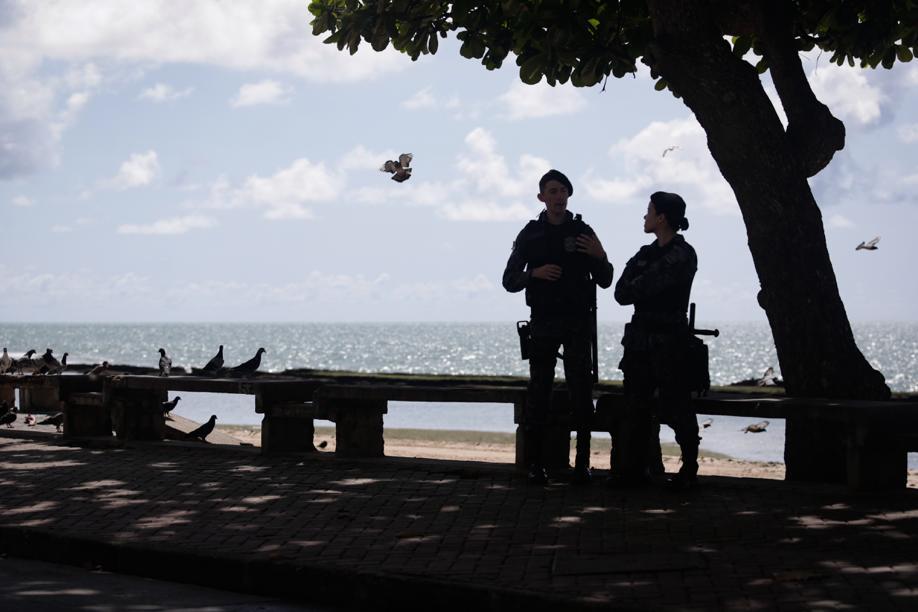 Policiais monitoram os locais