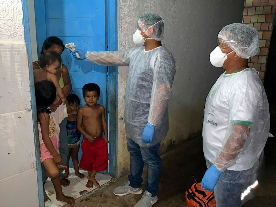 Mãe e filhos durante pandemia